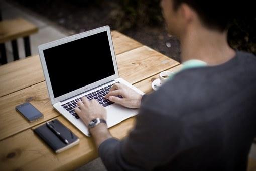 パソコンを触っている男性