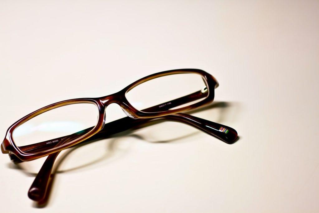 折りたたんだメガネ