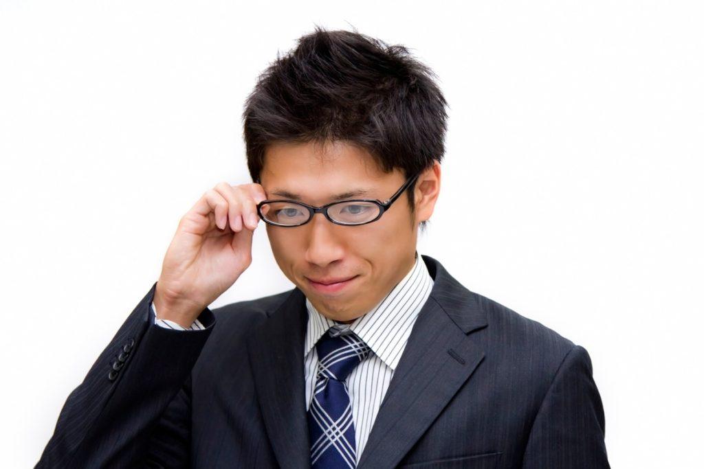 メガネを触っている男性