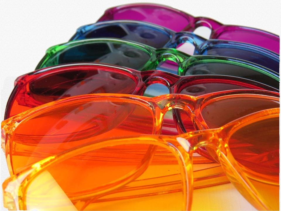 カラフルな多数のメガネ