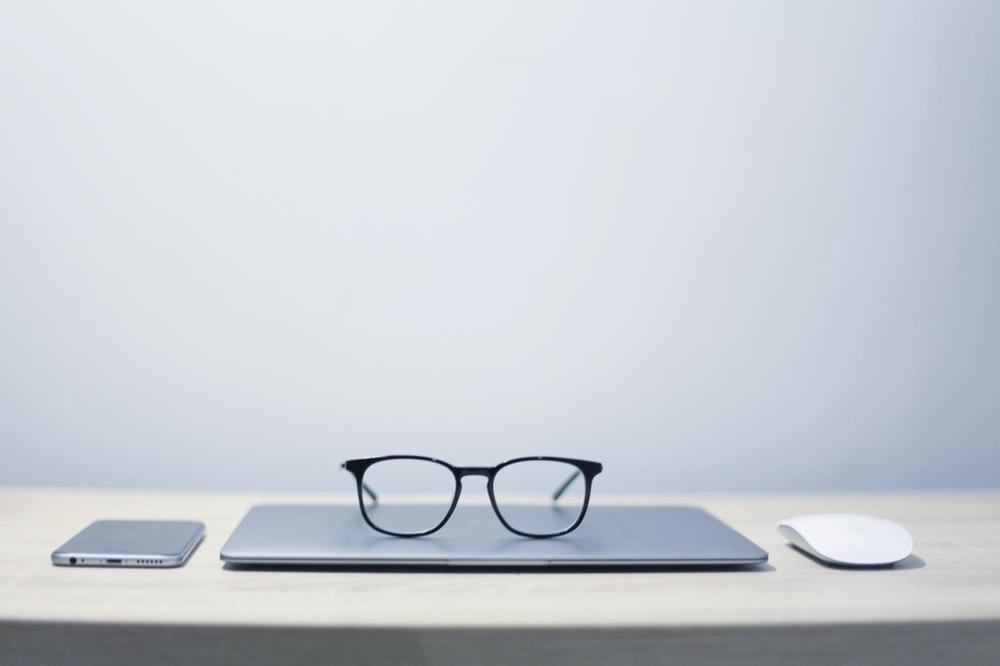 PCの上に置いてあるメガネ