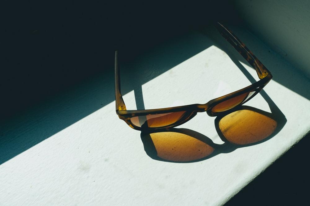 色のついたメガネ