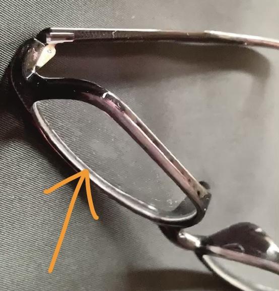 レンズに汚れがあるメガネ