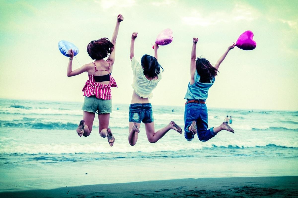 ジャンプしている女性たち