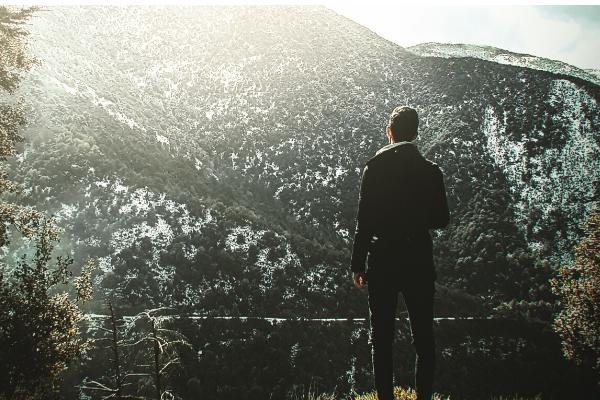 山を見る男性の後ろ姿