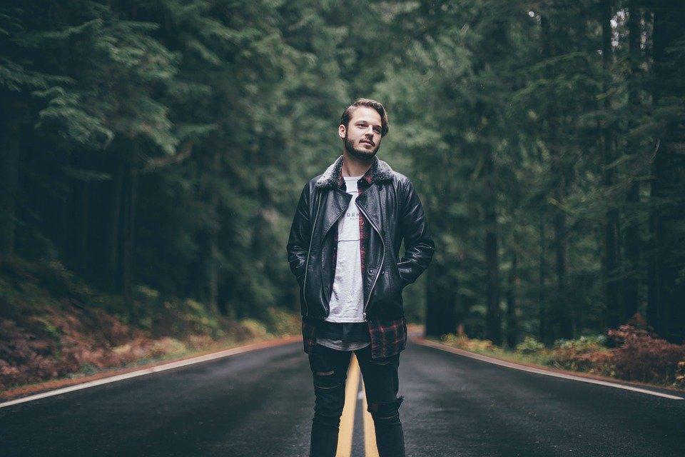 道路の真ん中で立っている男性