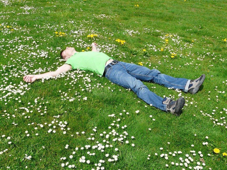 芝生に寝ている男性