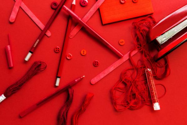 赤色のコスメ用品