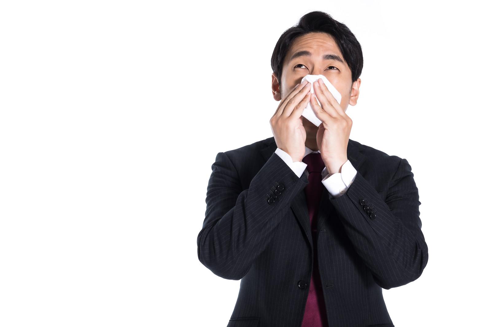 鼻を抑える男性