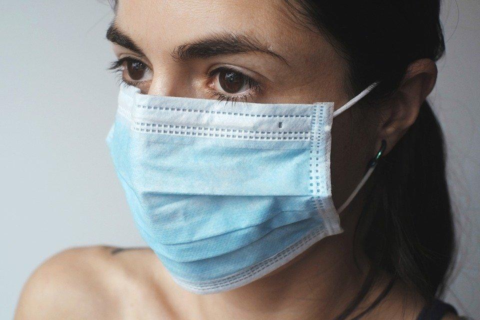マスクを着用している女性