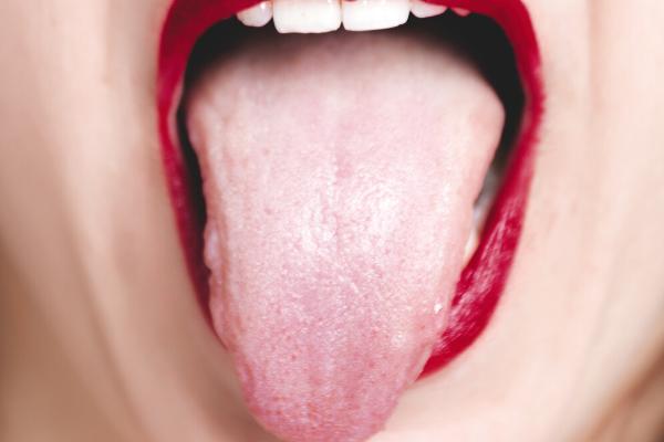 舌を出す様子