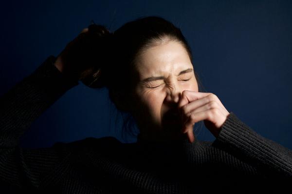 鼻毛を抜く女性