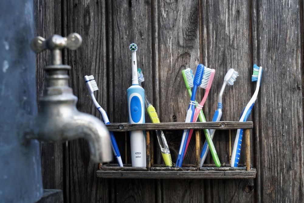 多数の歯ブラシ