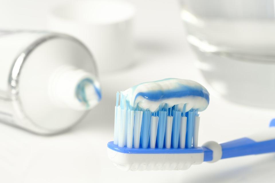 歯磨き粉をつける様子