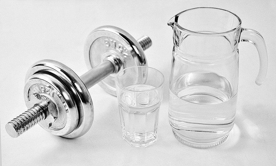 ダンベルと水
