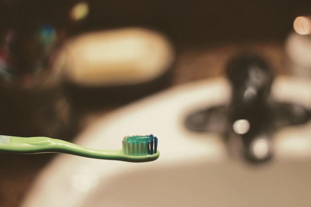 緑の歯ブラシの画像