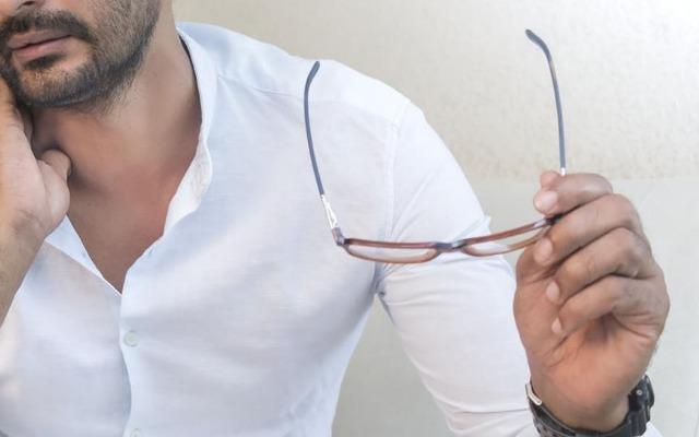メガネを外す様子